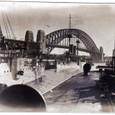 シドニー ハーバーブリッジをかすめて航行